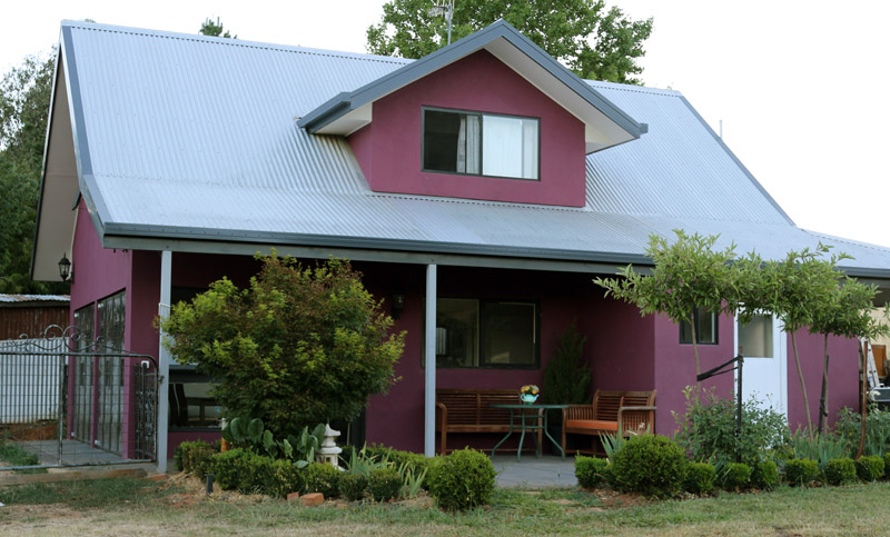 magenta cottage Tumbarumba north to garden